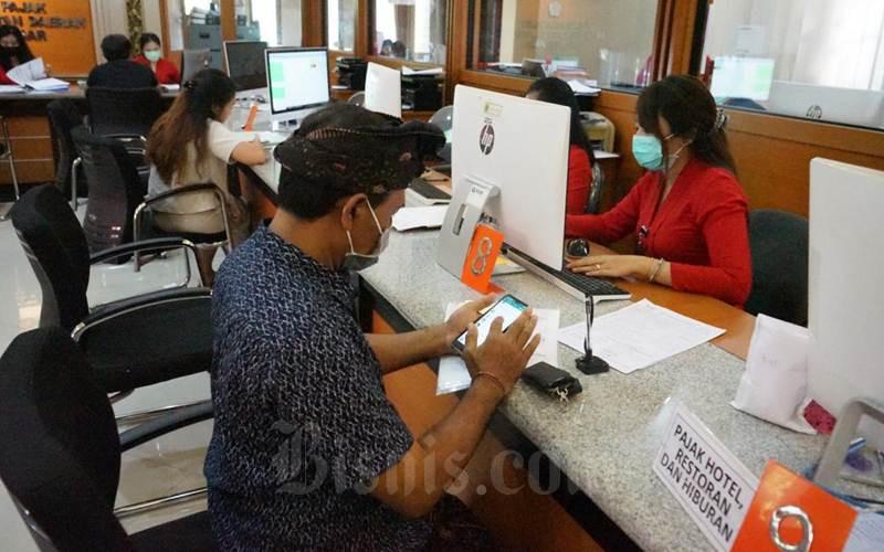 Ilustrasi - Masyarakat Denpasar melakukan pembayaran pajak - Istimewa