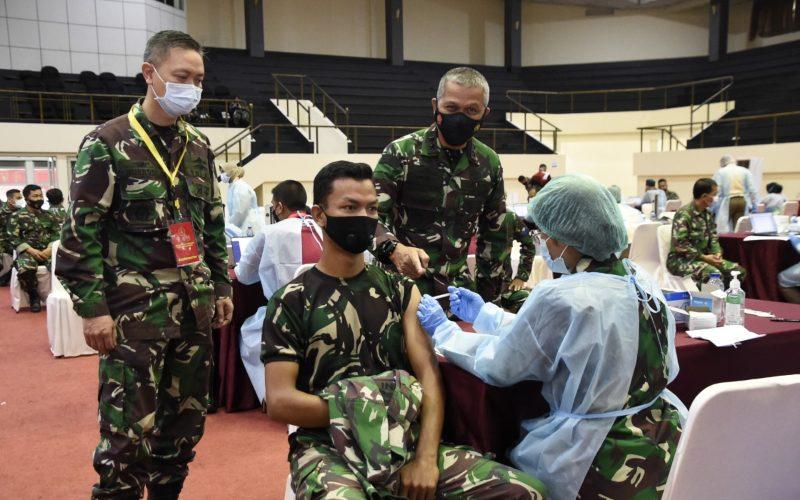 Kepala Pusat Kesehatan (Kapuskes) TNI Mayjen Tugas Ratmono (kedua dari kanan) meninjau 'Serbuan Vaksinasi Covid-19' di GOR Ahmad Yani, Mabes TNI, Cilangkap, Jakarta Timur, Rabu (3/3/2021) - Twitter/@Puspen_TNI