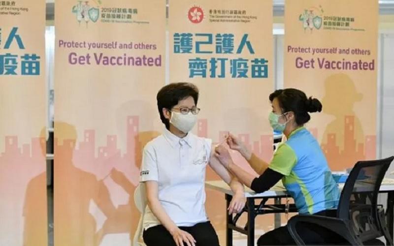 Kepala Eksekutif Hong Kong Carrie Lam saat menerima suntikan vaksin buatan China di Hong Kong, Senin (22/2/2021). - Antara \r\n\r\n