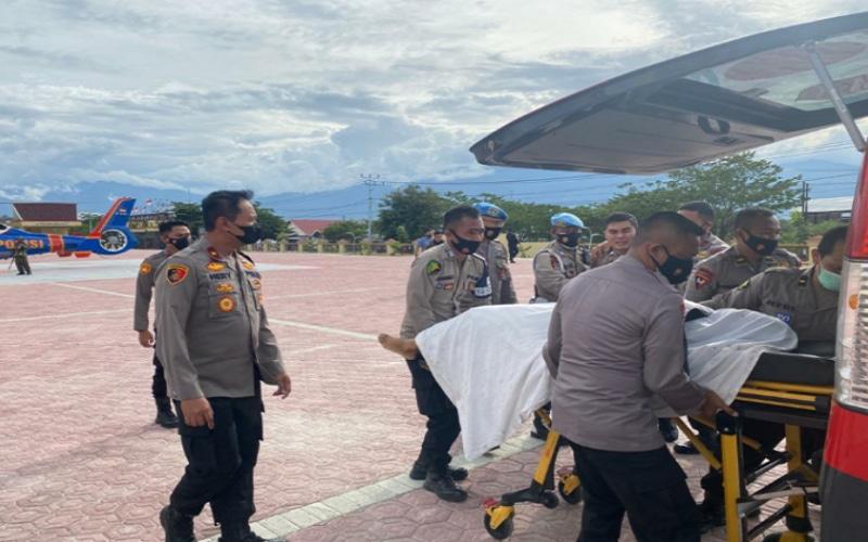 Jenazah Briptu Herlis saat dimasukkan ke dalam mobil ambulans - Antara