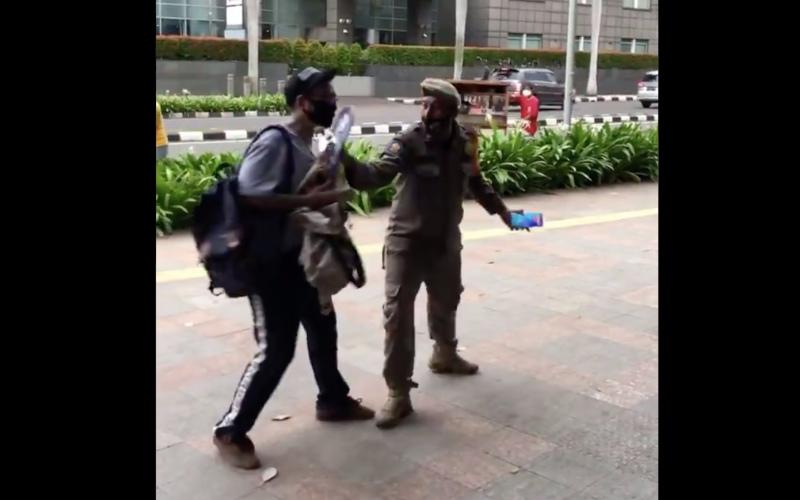 Tangkapan layar video yang viral di Twitter. Video itu berisi aksi petugas Satpol PP yang menindak dua skateboarders di bilangan Thamrin, Jakarta Pusat, pada Rabu (3/3/2021) sore - Twitter/@afnnlambesis