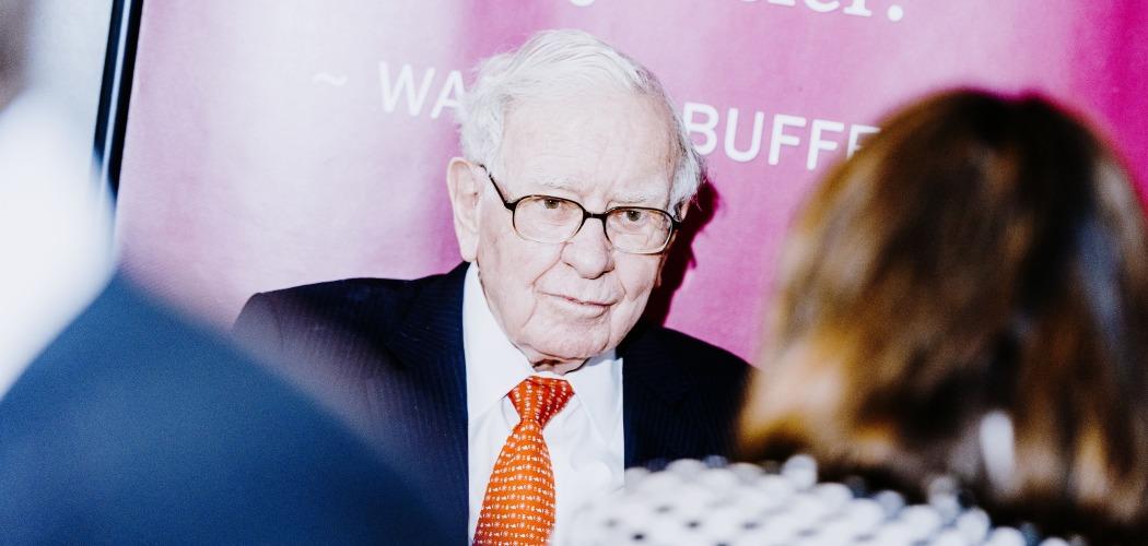 Chairman dan CEO Berkshire Hathaway Inc. Warren Buffett ketika menghadiri Rapat Umum Pemegang Saham Tahunan (RUPST) Berkshire Hathaway Inc. di Omaha, Nebraska, AS, Minggu (6/5/2019). - Bloomberg/Houston Cofield