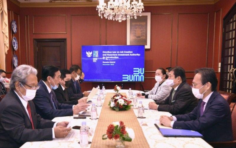 Menko Marves Luhut Pandjaitan, didampingi Menteri BUMN Erick Thohir dan Dubes RI untuk Jepang Heri Akhmadi bertemu perwakilan pebisnis Jepang dalam rangka memperkenalkan Indonesia Investment Authority. - KBRI Tokyo