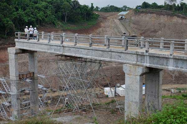 Ilustrasi: Petugas beraktivitas di proyek pembangunan Bendungan Sindang Heula, di Kabupaten Serang, Banten, Rabu (10/5/2017). - Antara/Ritzka Kurnia