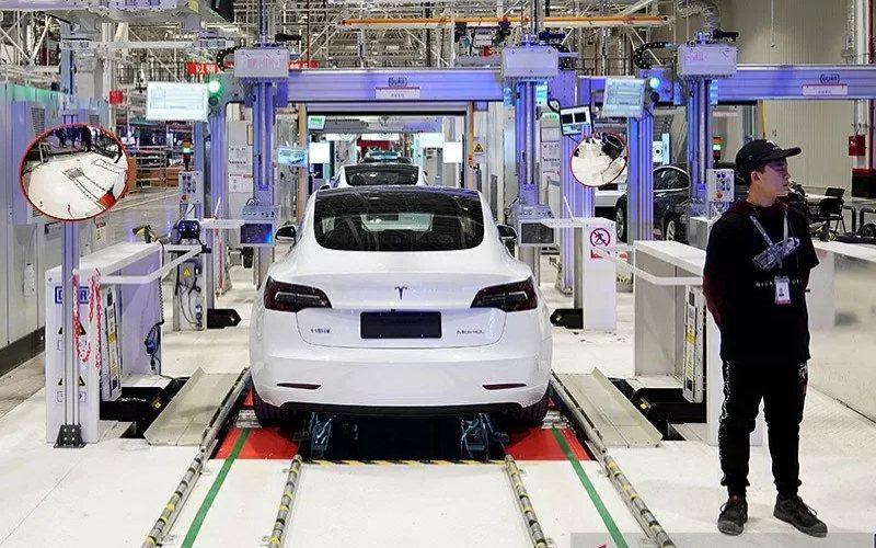 Dokumentasi - Mobil Tesla Model 3 buatan China saat proses pengiriman di pabriknya di Shanghai, China (7/1/2020).  - ANTARA/REUTERS