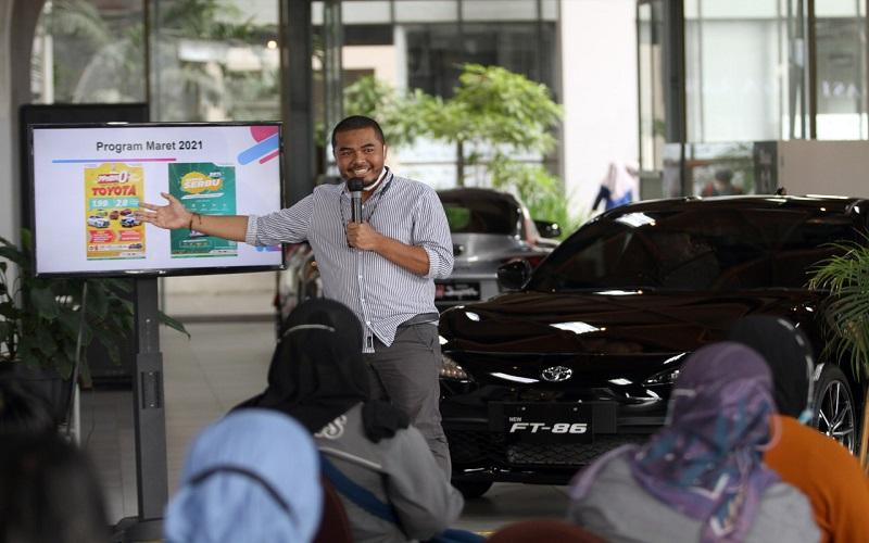 Sales Support Manager Kalla Toyota Suliadin  memaparkan kinerja perseroan di Makassar, Sulawesi Selatan, Rabu (3/3). Adanya reklaksasi Pajak Penjualan Atas Barang Mewah (PPnBM) menyebabkan penjualan mobil mengalami penurunan hinggah puluhan juta. Kalla Toyota mencatat telah membukukan daftar inden sebesar 600 unit dimana didominasi oleh tipe Rush. Bisnis - Paulus Tandi Bone
