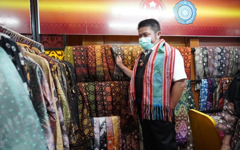 Gubernur Sumsel Herman Deru melihat kain motif jumputan yang merupakan kain tradisional khas Sumsel. istimewa