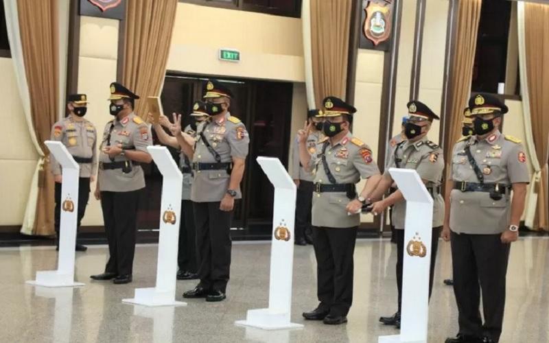 Kapolri Jenderal Listyo Sigit Prabowo melantik empat Kapolda baru di gedung Mabes Polri, Jakarta, Kamis (4/3/2021). - Antara\r\n