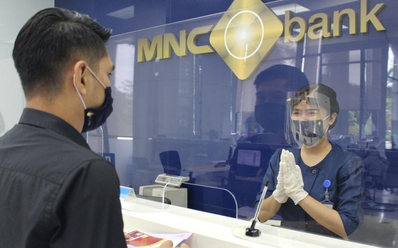 Karyawan MNC Bank melayani nasabah - Istimewa