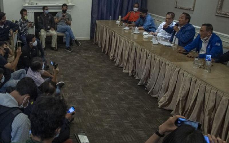 Anggota Forum Pendiri Partai Demokrat Hencky Luntungan (kedua kanan) menyampaikan keterangan pers terkait perkembangan masalah internal partai mereka di Jakarta, Sabtu (27/2/2021). Delapan anggota Forum Pendiri Partai Demokrat mendesak partai tersebut mengadakan Kongres Luar Biasa (KLB) untuk mengatasi ragam persoalan internal partai, salah satunya adalah kepemimpinan Ketua Umum Agus Harimurti Yudhoyono (AHY) yang mereka nilai kurang mampu dalam memimpin partai. - Antara