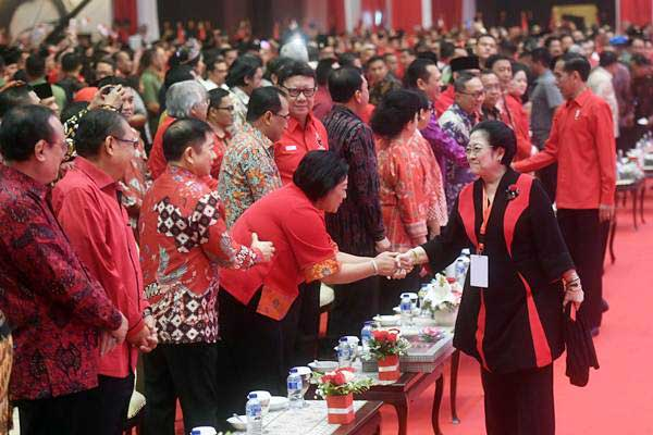 Ketua Umum PDI Perjuangan Megawati Soekarnoputri (kedua kanan) bersama Presiden Joko Widodo (kanan) menyapa tamu dan undangan dalam peringatan HUT ke-46 PDI Perjuangan, di JIExpo Kemayoran, Jakarta, Kamis (10/1/2019). - ANTARA/Akbar Nugroho Gumay