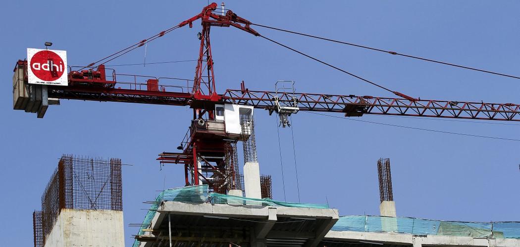 Sebuah alat berat (tower crane) milik PT Adhi Karya (Persero) Tbk mengangkut bahan bangunan di sebuah proyek gedung bertingkat di Jakarta. - ANTARA FOTO/Widodo S. Jusuf