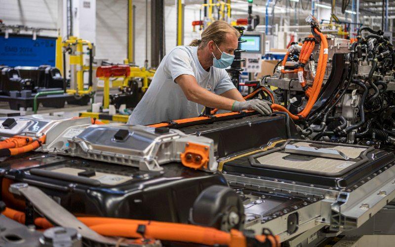 Ilustrasi: Perakitan baterai kendaraan listrik di pabrik Volvo Cars di Ghent, Belgia.  - Volvo Cars