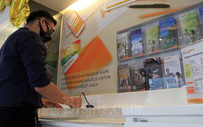 Nasabah melakukan transaksi di Bank Danamon di Jakarta, Rabu (22/7/2020). Bisnis - Dedi Gunawan