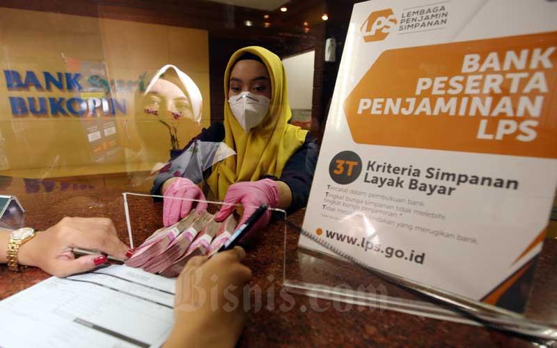Karyawan melayani nasabah yang akan membuka deposito di Bank Bukopin Syariah, Jakarta, Kamis (11/2/2021). Bisnis - Abdullah Azzam