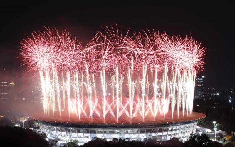 Pesta kembang api memenuhi Stadion Gelora Bung Karno dalam pembukaan Asian Games 2018, Sabtu (18/8/2018). - Reuters/Willy Kurniawan