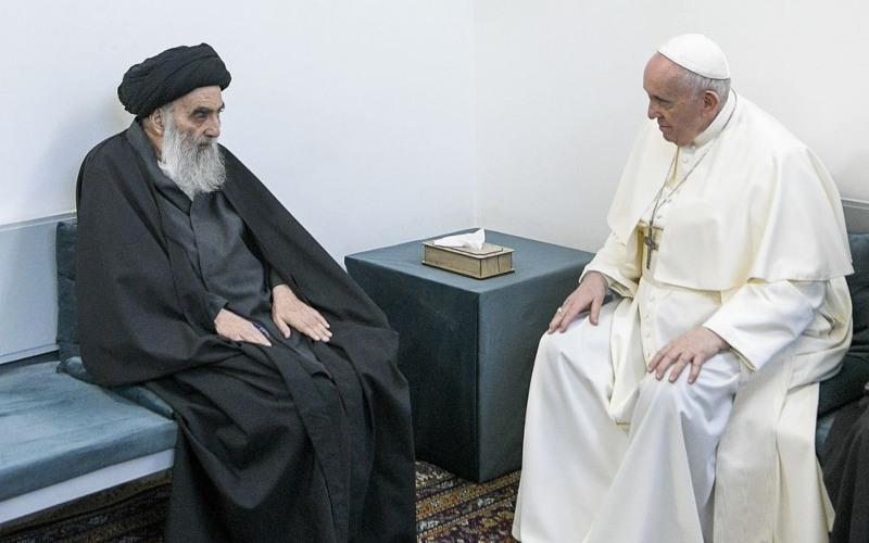 Paus Fransiskus (kanan) menemui Ayatollah Ali al-Sistani, di kota suci Najaf di Irak pada hari Sabtu (6/3/2021)/Bloomberg - Vatican Media