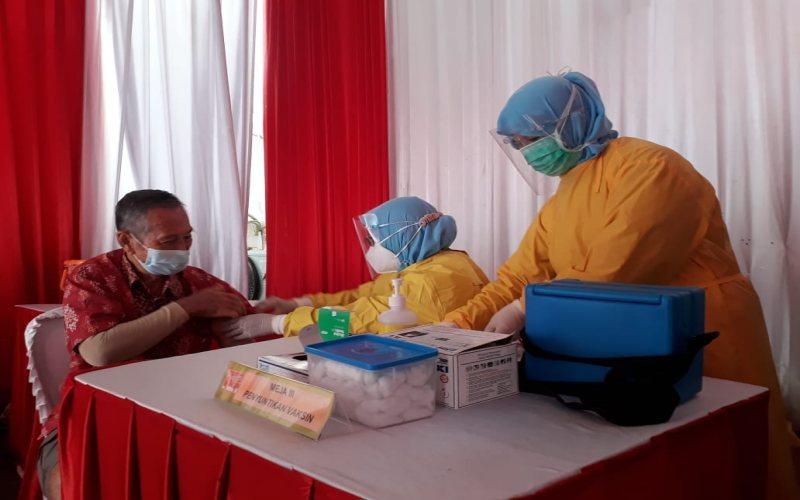 Petugas vaksin saat menyuntikkan vaksin Covid-19 untuk pedagang Pasar Cinde Kota Palembang. - Bisnis/Dinda Wulandari