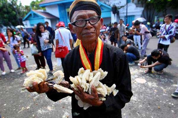 Abdi dalem membawa hasil bumi seusai berebut Gunungan pada acara Grebeg Syawal di Kori Kamandungan, Keraton Kasunanan Surakarta, Selasa (27/6). - JIBI/Dwi Prasetya