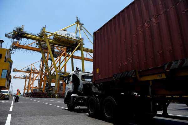 Aktivitas bongkar muat di dermaga Terminal Peti Kemas Surabaya (TPS), Pelabuhan Tanjung Perak, Surabaya, Jawa Timur, Selasa (23/10/2018). - ANTARA/Zabur Karuru