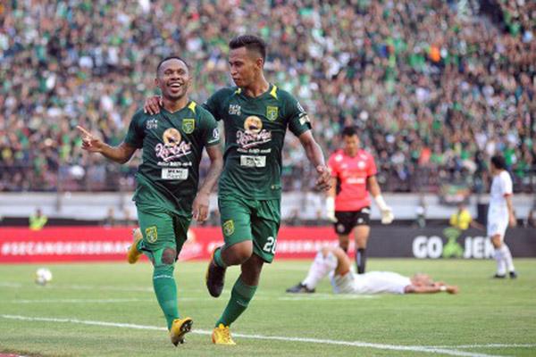 Osvaldo Haay (kanan), saat masih membela Persebaya Surabaya, merayakan gol bersama Ferinando Pahabol (kiri). - Antara/M. Risyal Hidayat