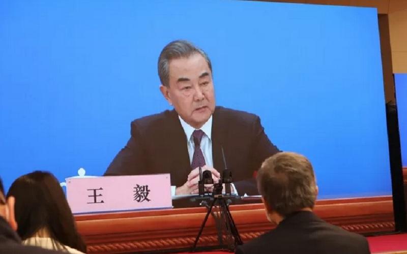 Menteri Luar Negeri China sekaligus anggota Dewan Negara Wang Yi memberikan keterangan pers melalui video streaming di Media Center China di Beijing, Minggu (7/3/2021). - Antara\r\n