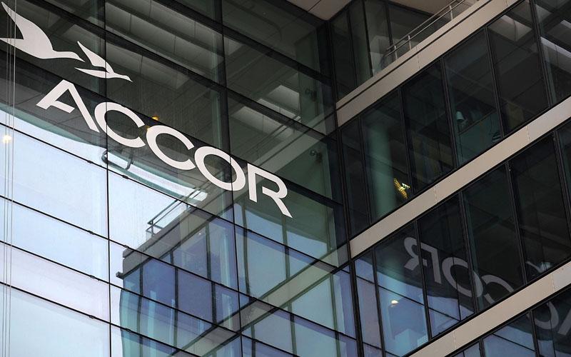 Logo Accor terlihat di kantor pusatnya di Paris, Prancis./Bloomberg - Fabrice Dimier