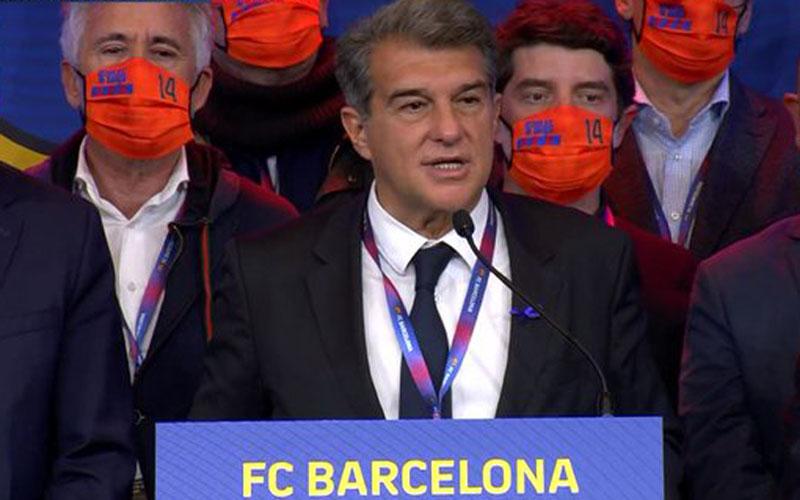 Joan Laporta berpidato untuk pertama kalinya pada periode keduanya sebagai presiden FC Barcelona dengan latar belakang timnya mengenakan masker oranye bernomor 14 untuk menghormati legenda klub mendiang Johan Cruyff. - Twitter@JoanLaportaFCB