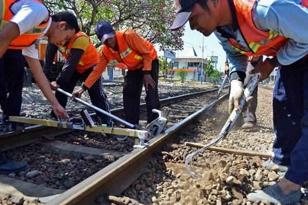 Perbaikan rel kereta api. - Antara