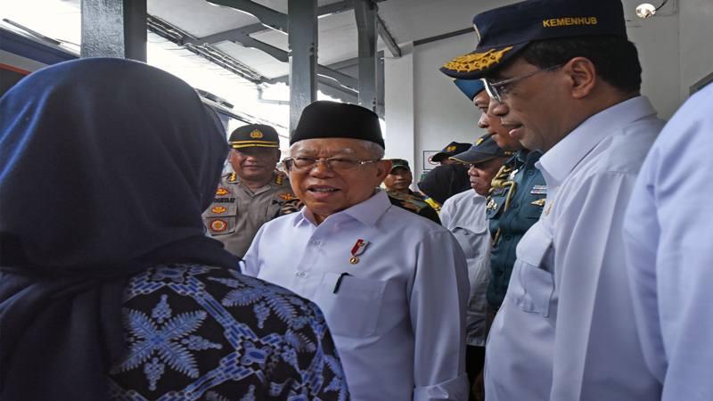 Wapres Maruf Amin (tengah) didampingi Menhub Budi Karya Sumadi (kanan) berbincang dengan Bupati Lebak Iti Oktavia (kiri) saat meninjau Stasiun Kereta Api Serang di Serang, Banten, Kamis (30/1/2020). - Antara