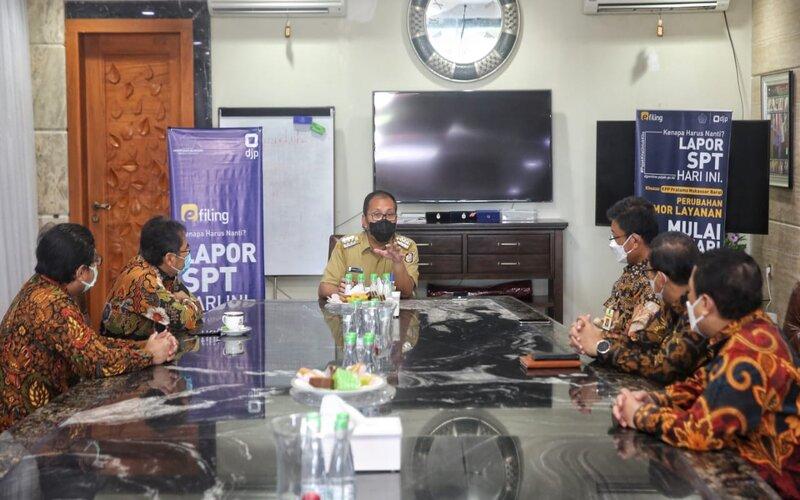 Pertemuan Wali Kota Makassar, Danny Pomanto dengan Dirjen Pajak Kementrian Keuangan RI di Kediaman pribadiWali Kota Makassar, Jalan Amirullah, Senin (8/3 - 2021).