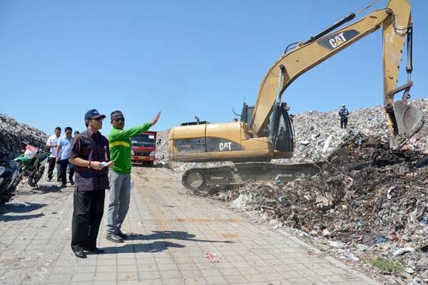 IGN Jaya Negara (kiri) saat meninjau lokasi pengurugan sampah di TPA Suwung. - Bisnis/Feri Kristianto