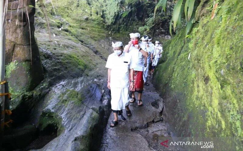 Gubernur Bali Wayan Koster didampingi Bupati Karangasem I Gede Dana dan tokoh lainnya saat berjalan menuju ke sejumlah pura di kawasan Pura Besakih, Karangasem. - Antara/Pemprov Bali