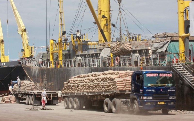 Pekerja memindahkan semen ke atas kapal di Pelabuhan Makassar, Sulsel.  - Bisnis.com
