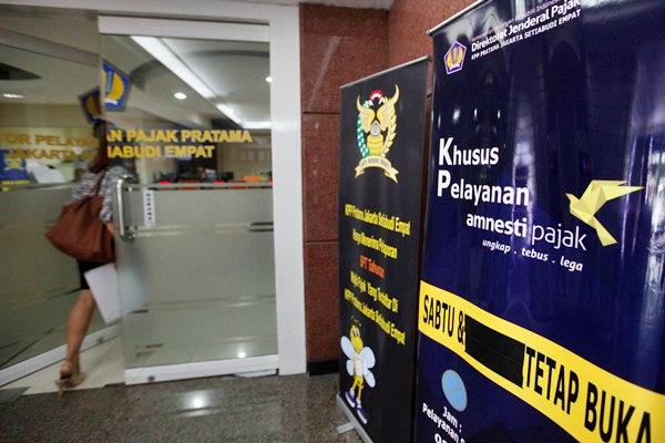 Wajib pajak memasuki kantor pelayanan pajak, di Jakarta, Selasa (23/2/2017). - Reuters/Fatima Elkarim