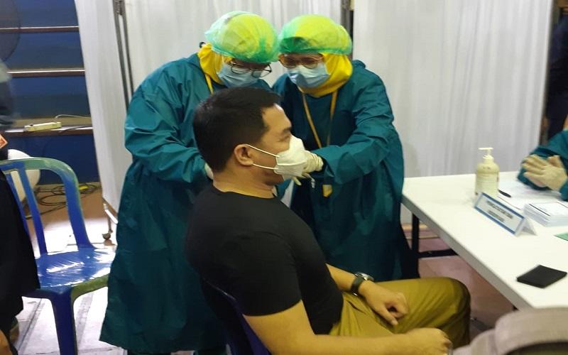 Wali Kota Samarinda saat mendapatkan vaksinasi pertama sesaat membuka kegiatan Vaksinasi Covid-19 di GOR Segiri Jalan Kesuma Bangsa Samarinda, Senin (8 - 3).