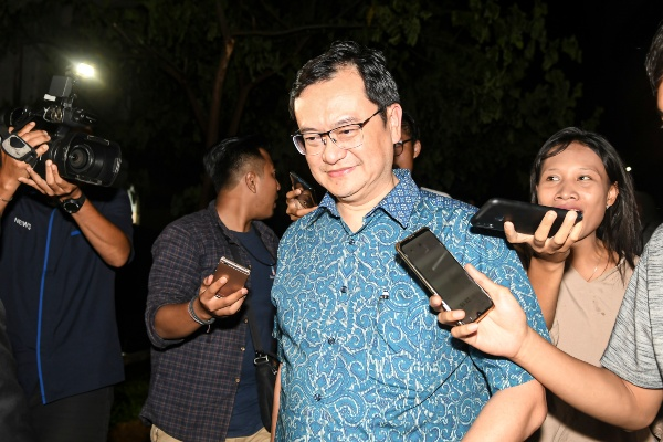 Direktur Utama PT Hanson International Tbk. (MYRX) Benny Tjokrosaputro berjalan meninggalkan gedung bundar Kejaksaan Agung usai diperiksa sebagai saksi di Jakarta, Senin (6/1/2020). - ANTARA FOTO/Nova Wahyudi