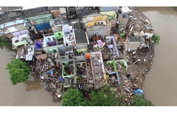 Foto aerial permukiman warga di pinggir Kali Ciliwung, Bukit Duri, Jakarta, Minggu (18/9/2016). - Antara/Rivan Awal Lingga