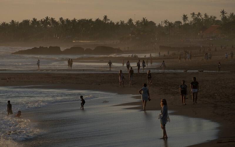 Wisatawan menikmati suasana Pantai Pererenan, Badung, Bali, Senin (1/3/2021). Badan Pusat Statistik (BPS) merilis jumlah kunjungan wisatawan mancanegara ke Indonesia pada bulan Januari 2021 mengalami penurunan sebesar 89,05 persen dibandingkan dengan bulan Januari 2020, yaitu dari 1,29 juta kunjungan menjadi 141,26 ribu kunjungan. - Antara/Nyoman Hendra Wibowo.