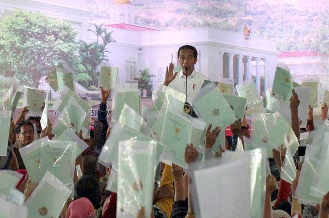 Presiden Joko Widodo memberikan sambutan saat acara Sertifikat Tanah untuk Rakyat di Bogor, Jawa Barat, Kamis (21/3/2019)./Antara - Yulius Satria Wijaya