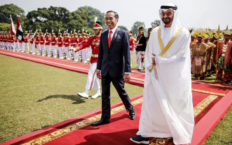 Presiden Joko Widodo berjalan bersama Putra Mahkota Uni Emirat Arab Syeikh Mohammad bin Zayed Al-Nahyan di Istana Bogor, Bogor, Jawa Barat, Rabu (24/7/2019). - Bloomberg