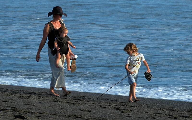 Wisatawan menikmati suasana Pantai Pererenan, Badung, Bali, Senin (1/3/2021). - Antara/Nyoman Hendra Wibowo.