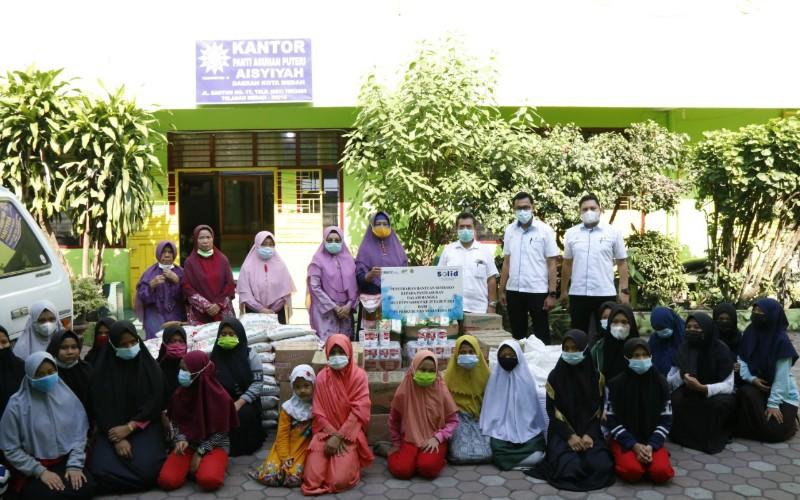PTPN IV memberi santunan paket sembako kepada pengurus Panti Asuhan Puteri Aisyiyah di Jl. Santun No. 17 Kelurahan Sudirejo I, Kecamatan Medan Kota, Senin (8/3/2021)  - Istimewa