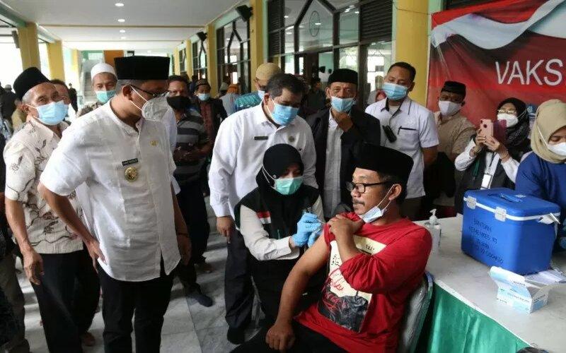 Vaksinasi terhadap imam masjid dan ulama di Kabupaten Sidoarjo. - Antara/Pemkab Sidoarjo.