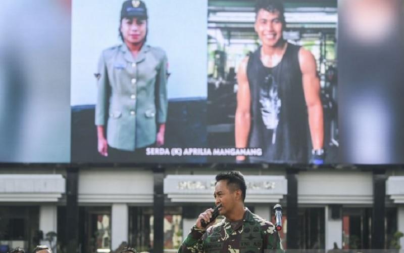 Kepala Staf Angkatan Darat (Kasad) Jenderal TNI Andika Perkasa (tengah) memperkenalkan Serda Aprilia Manganang via videotron di Markas Besar TNI Angkatan Darat (Mabes AD), Jakarta, Selasa (9/3/2021). - Antara