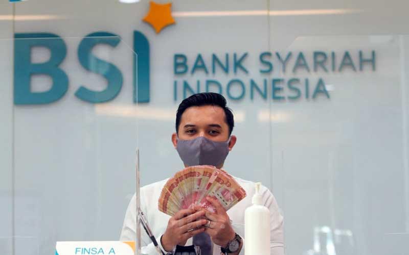 Karyawan Bank Syariah Indonesia menunjukkan uang di KC Jakarta Hasanudin, Jakarta, Selasa (2/2/2021). Bisnis - Arief Hermawan P