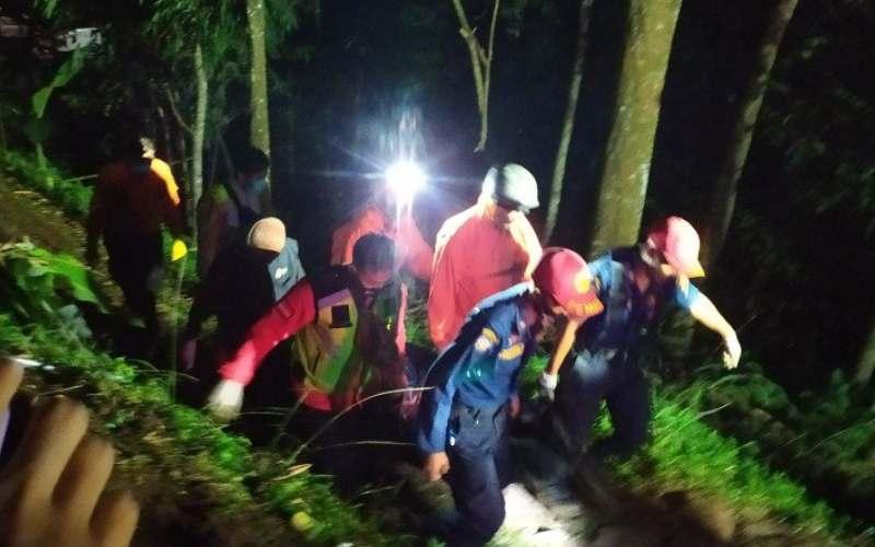 Petugas mengevakuasi jenazah korban kecelakaan bus di Kecamatan Wado, Kabupaten Sumedang, Jawa Barat, Kamis (11/3/2021). (ANTARA - Bagus Ahmad Rizaldi)