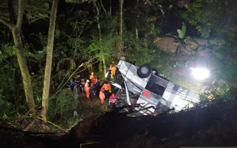 Petugas mengevakuasi korban dari bus yang terperosok di jalur alternatif Garut-Sumedang via Wado, Kabupaten Sumedang, Jawa Barat. -  ANTARA