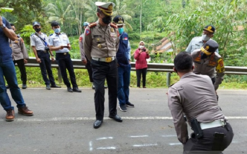 Polisi melakukan olah tempat kejadian perkara kecelakaan bus masuk jurang di Wado, Kabupaten Sumedang - Antara