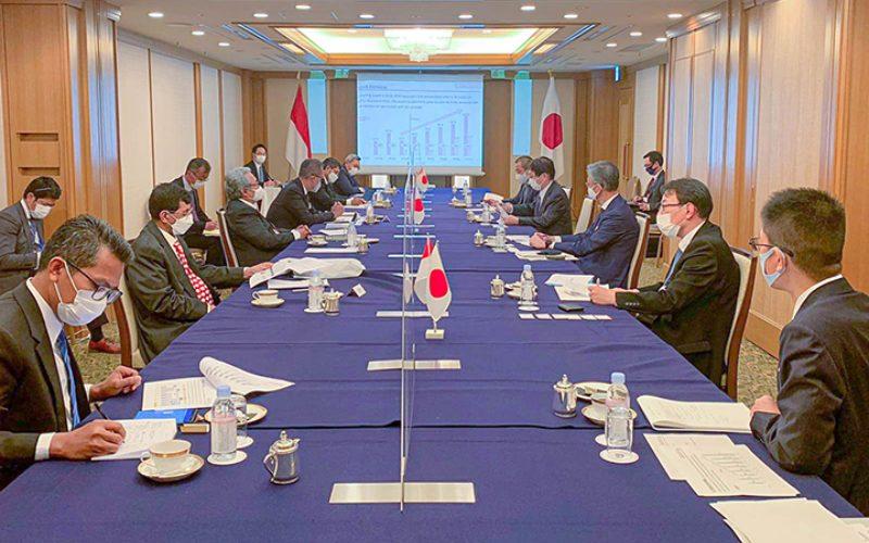 Menteri Perindustrian Agus Gumiwang Kartasasmita yang didampingi oleh Dirjen Industri Logam, Mesin, Alat Transportasi, dan Elektronika (ILMATE) Taufiek Bawazier; Dirjen Ketahanan, Perwilayahan dan Akses Industri Internasional (KPAII) Eko S.A. Cahyanto; serta staff ahli Menperin Achmad Sigit Dwiwahjono; dan Febri Hendri Antoni Arif mengadakan pertemuan dengan CEO Mitsubishi Motor Corp, Takao Sato saat kunjungan kerja ke Jepang, 10 Maret 2021.  - Kemenperin